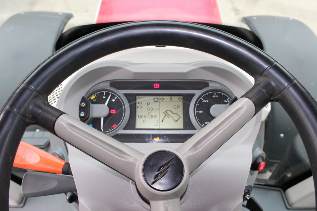 Armaturna plošča je sodobno opremljena pregledna. Prikazano imamo količino goriva in AdBlue tekočine, temperature hladilne tekočine motorja, opozarja nas na delovanje določenih sklopov traktorja. Prav tako nam prikazuje število vrtljajev motorja, hitrostno stopnjo vožnje, hitrost traktorja, število delovnih ur, čas, prav tako nam je navedeno shranjeno število vrtljajev. Ob volanu levo imamo spreminjevalnik smeri s petimi položaji za vožnjo naprej, nazaj, nevtralni in parkirni položaj.