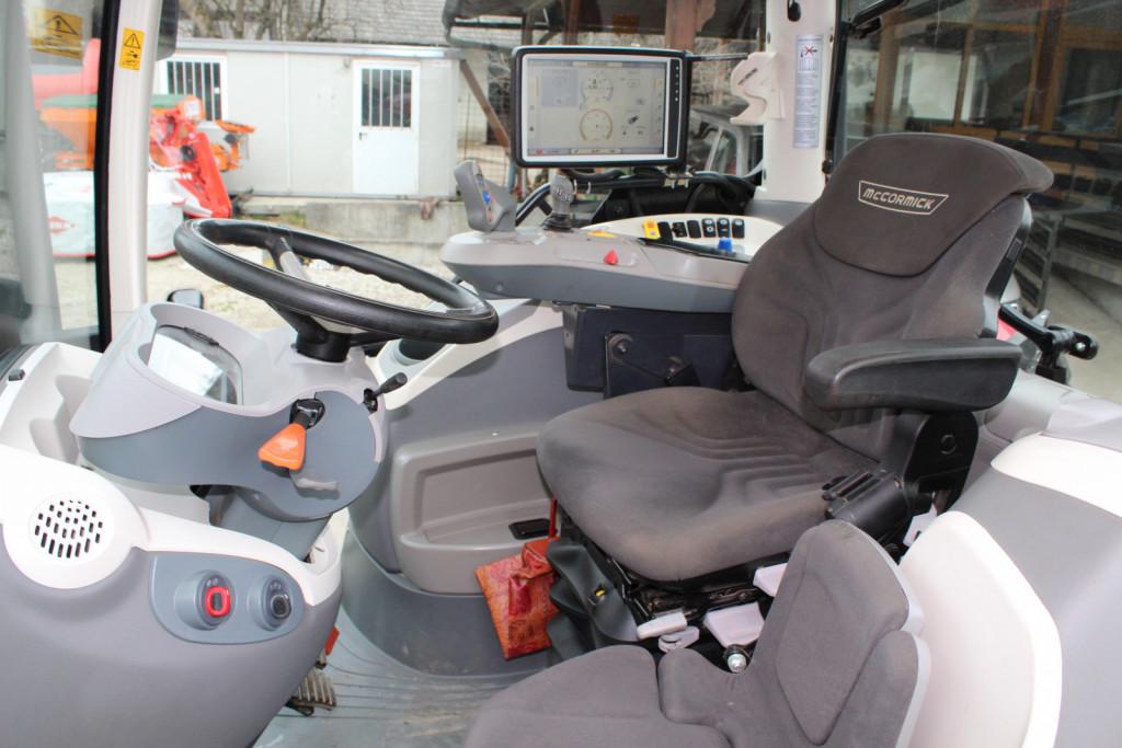 Pogled v kabino. Nekoliko manj udoben sedež za sovoznika. Sicer je kabina bogato opremljena, saj voznik velik del dneva preživi v njej in mu mora zagotavljati dobro počutje.