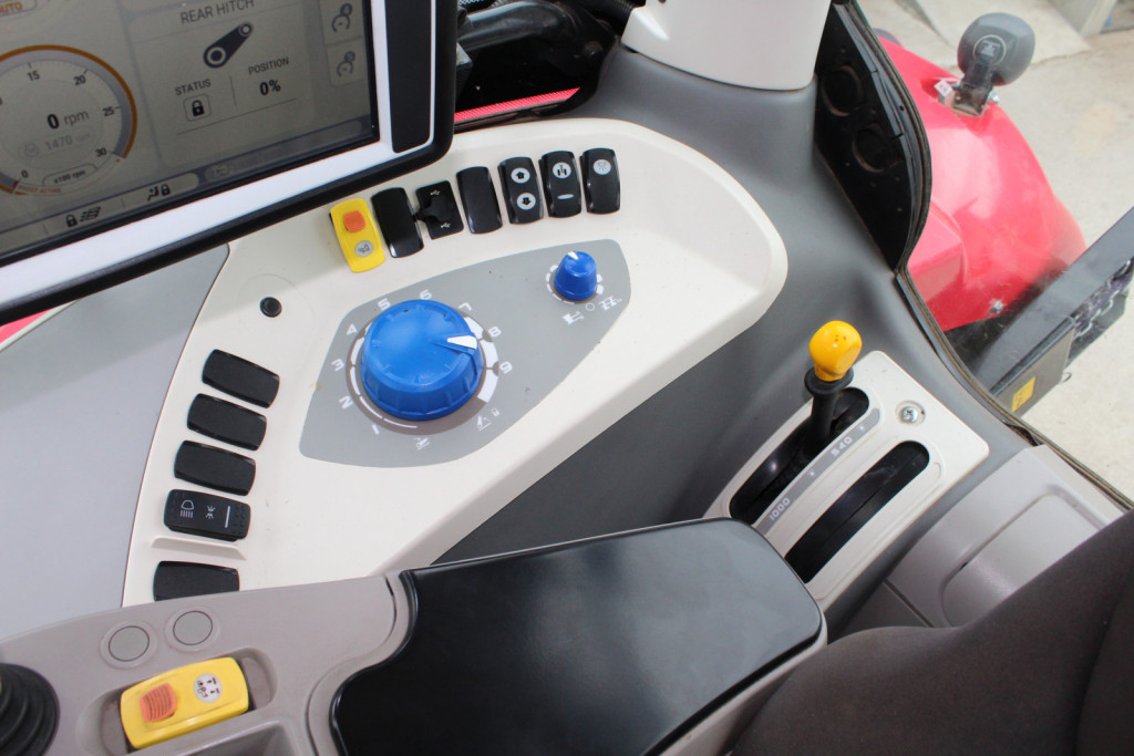 Stikala za vklop in izklop posameznih sklopov traktorja, kot je vklop in izklop številnih žarometov, nastavitev plavajočega načina upravljanja hidravličnega dvigala. Skrajno desno je ročica za izbiro hitrosti priključne gredi.