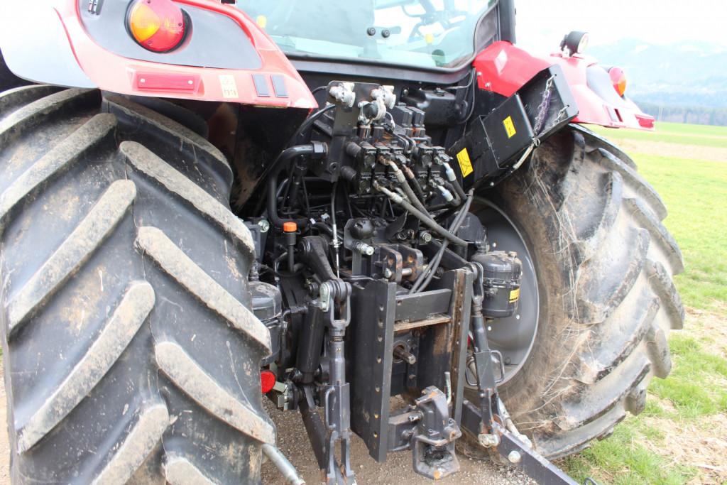 Zadnje hidravlično dvigalo in priključno gred lahko upravljamo izven traktorja.