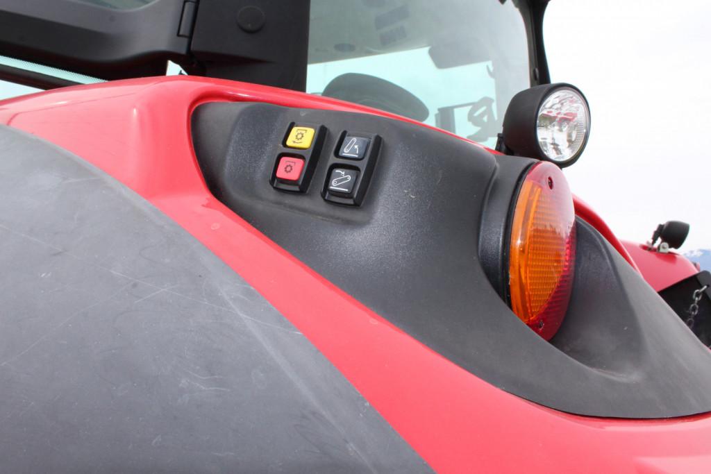 Tipke so na obeh blatnikih traktorja.