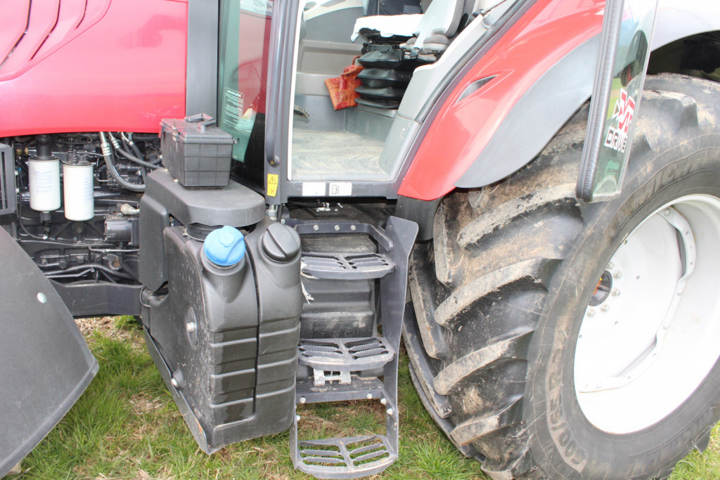 Rezervoar za AdBlue tekočino za zagotavljanje čistejših izpušnih plinov motorja in rezervoar za dizelsko gorivo.