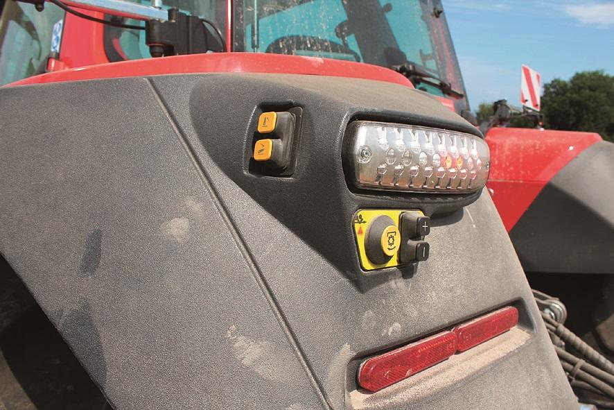 Na obeh straneh traktorja so na blatnikih nameščena stikala za upravljanje s hidravličnim dvigalom in priključno gredjo. Možnost upravljanja tudi EHS ventilov ali ročnega plina s tipkami na blatniku
