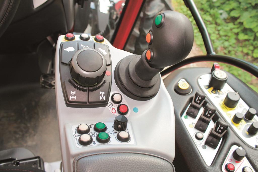 Sistem za vožnjo traktorja, ki se imenuje L-Drive (komerc. ime), nahaja se na desni strani na konzoli. Opremljen je s centralno nameščenim vrtljivim gumbom, ki je namenjen za izbiro smeri in hitrosti vožnje traktorja (nadomešča klasično menjalniško ročico), način vožnje pa uporabnik izbere s pomočjo stikal, ki so nameščena okrog vrtljivega gumba (na stikalih se lahko izbere počasna vožnja¸(plazeče prestave), tempomat (s tiščanjem tipke tempomata za tri sekunde bo aktualna hitrost vožnje shranjena in na I.B.C. zaslonu se prikaže simbol tempomata), uporaba nožne sklopke, vklop štirikolesnega pogona, vklop diferencialne zapore itn.). Desno od vrtljivega gumba je nameščena še ročica za upravljanje prednjega hidravličnega dvigala in hidravličnih ventilov za zunanje hidravlične porabnike na priključnih strojih (z mikrostikalom uporabnik lahko izbira med različnimi funkcijami hidravlike).