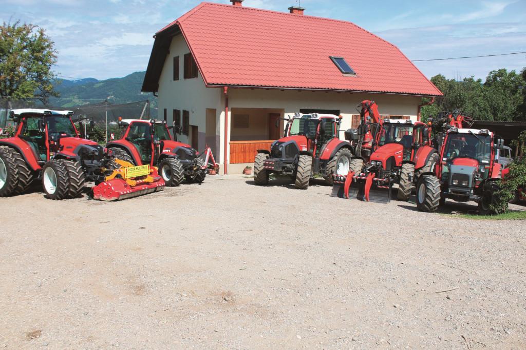 Pri preizkusu traktorja so nam pomagali Šarhovi iz Lobnice nad Rušami, ki imajo v lasti že štiri traktorje Lindner, in sicer Geotrac 60 (letnik 1999), Geotrac 103 (letnik 2006), Geotrac 124 (letnik 2012) in Lintrac (letnik 2017). Skrajno levo je Lintrac 110.