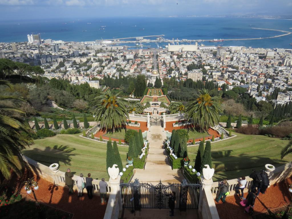Ba¬haj¬ski vr¬to¬vi na po¬boč¬ju gore Kar¬mel - vrtovi na strmini odpirajo pogled na pristaniško mesto Haifo ob vznožju Karmela (karmel = božji vinograd). Haifa (haifa = čudovita obala) velja za izraelsko mesto, kjer je bivanje najbolj prijetno.