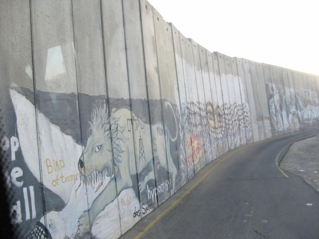 Zid, ki ločuje razviti Izrael od revne Palestine in dokazuje, kako oddaljena je sprava med Izraelci in Palestinci. Konflikt med njimi pa traja že 3500 let. Smešna anekdota to opisuje takole. Neki Jud je hodil 30 let molit z zidu žalovanja s prošnjo za spravo med Izraelci in Palestinci. Po 30 letih so ga pričakali novinarji in ga vprašali, kako se počuti. Odgovoril je: