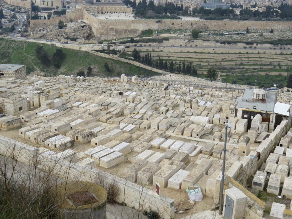 Na zahodnem pobočju Oljske gore, desno od nekdanjega templja, je judovsko pokopališče, kjer si želi biti pokopan vsak Jud, zato so tam grobovi najdražji. Judje svojega odrešenika namreč še čakajo in prepričani so, da se bo ob koncu časov prikazal v templju, tisti, pokopani na njegovi desni, pa bodo prvi zveličani.