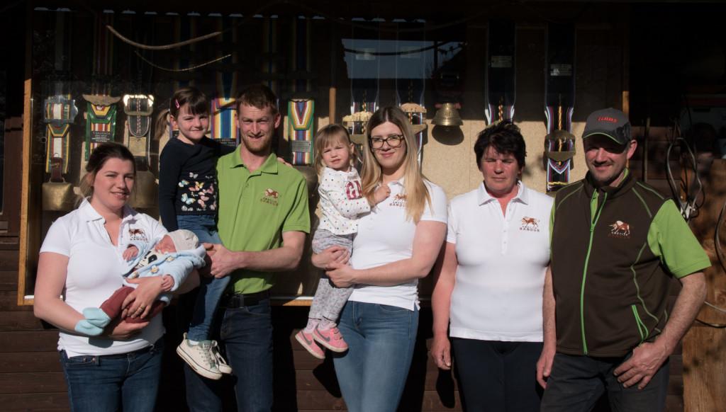 Urška s starši Janezom in Sabino, sestro Katjo, svakom Maticem in tremi nečaki – Ivo, Mijo in Matijo