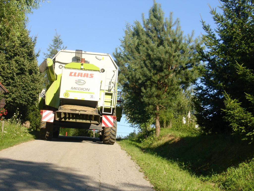 Med najbolj pogoste izredne prevoze spada transport žitnih kombajnov po javnih cestah. Starejši kombajni imajo žetvena ustja, ki se ne preklapljajo ali pa vlečejo s »prikolico« za vleko žetvenega ustja. Dodatno tveganje so tudi ozke lokalne (občinske ceste), kjer je dejansko prostora samo za kombajn. Ta kombajn bi moral imeti nameščeno še označevalno tablo za izredni prevoz.