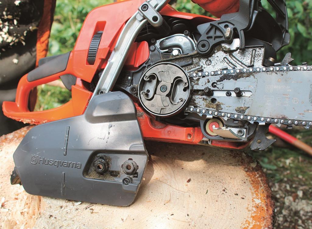 Pokrov sklopke pričvrstimo z integriranima maticama. Sklopka je vgrajena na notranji strani pogonskega prstana.