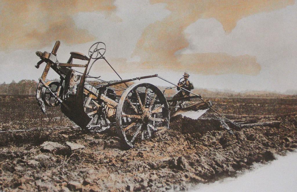 Na sliki je vidna velikost plugov za rigolanje, ki so jih brez težav vlekle lokomobile, takratni traktorji niso imeli takšne zmogljivosti