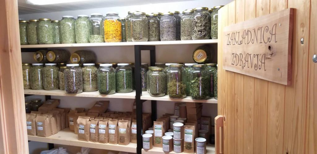 V »zakladnici zdravja« je največ čajnih mešanic, pa tudi moka, kaše, sirupi, sokovi … Najbolj prodajana je čajna mešanica za dihala.