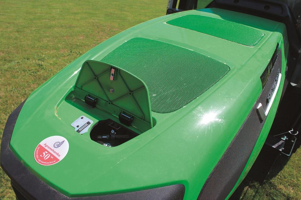 Dostop do rezervoarja za dizelsko gorivo je na pokrovu traktorja.