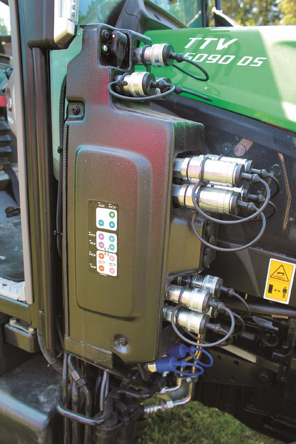 Hidravlični izhodi so tudi na sprednjem delu traktorja, ki nam koristijo pri delu s priključki nameščenimi spredaj.