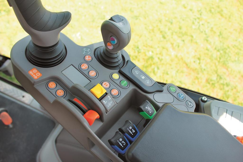 MaxCom naslonjalo za desno roko s stikali za vklop in izklop posameznih sklopov traktorja. Naj navedemo le nekatere: upravljanje s plinom traktorja, dve spominski stikali za število vrtljajev motorja, zagon, nastavitev in izbira vrtljajev zadnje priključne gredi, vklop pogona vseh štirih koles, diferencialne zapore, vzmetenje prednje preme. Upravljamo hidravlične funkcije kot so vklopi ventilov…