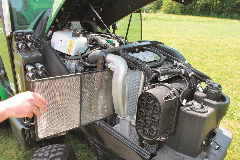 Pogled na motor in filtre hladilnika motorja, klimatske naprave in oljnega hladilnika
