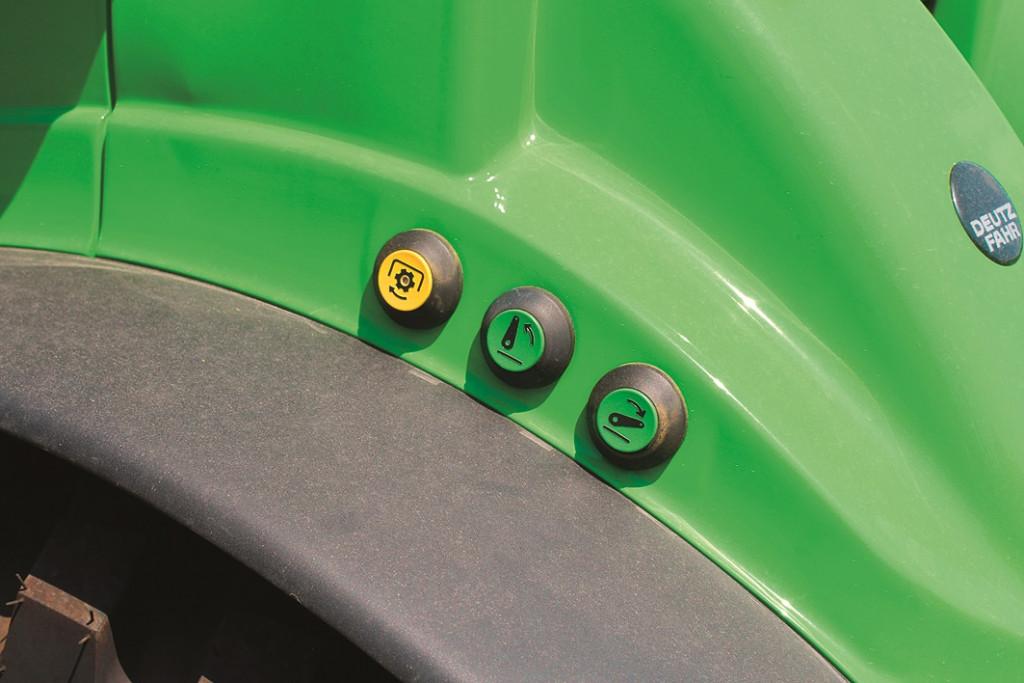 Hidravlično dvigalo in priključno gred lahko upravljamo izven traktorja. Tipke so na obeh blatnikih traktorja.