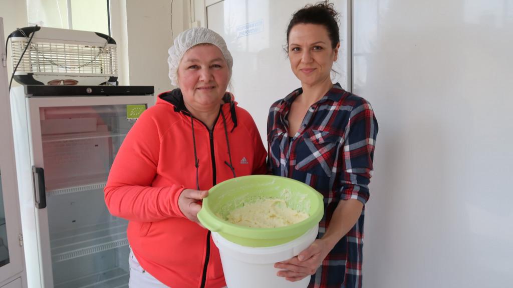 Ljiljana in Maja Kekec s kajmakom, ki je še vedno njihov paradni izdelek