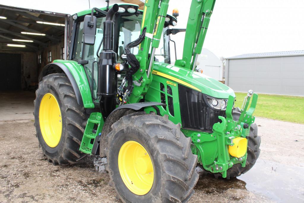 John Deere 6120M je namenjen za številna dela na kmetiji.