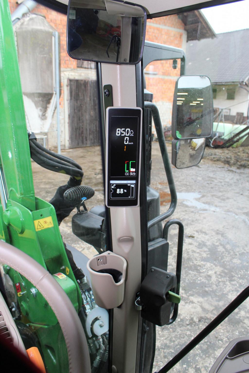 Takoimenovana armaturna plošča, ki smo je navajeni za volanskim obročem, je na A-stebričku. Na njem preverjamo in upravljamo številne funkcije traktorja.