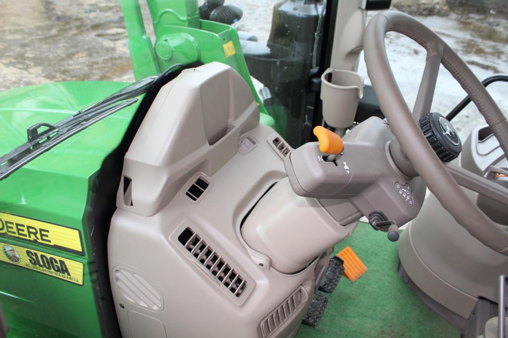 Ob volanu je elektro hidravlični spreminjevalnik smeri.