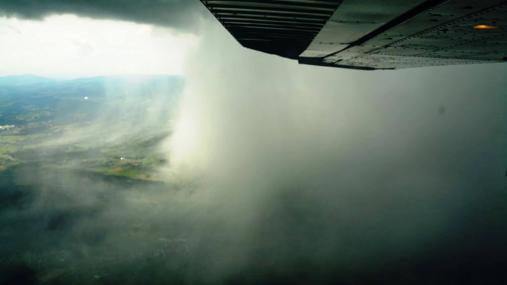 Delo pilotov poteka v zelo zahtevnih vremenskih pogojih (Foto: LC Maribor)