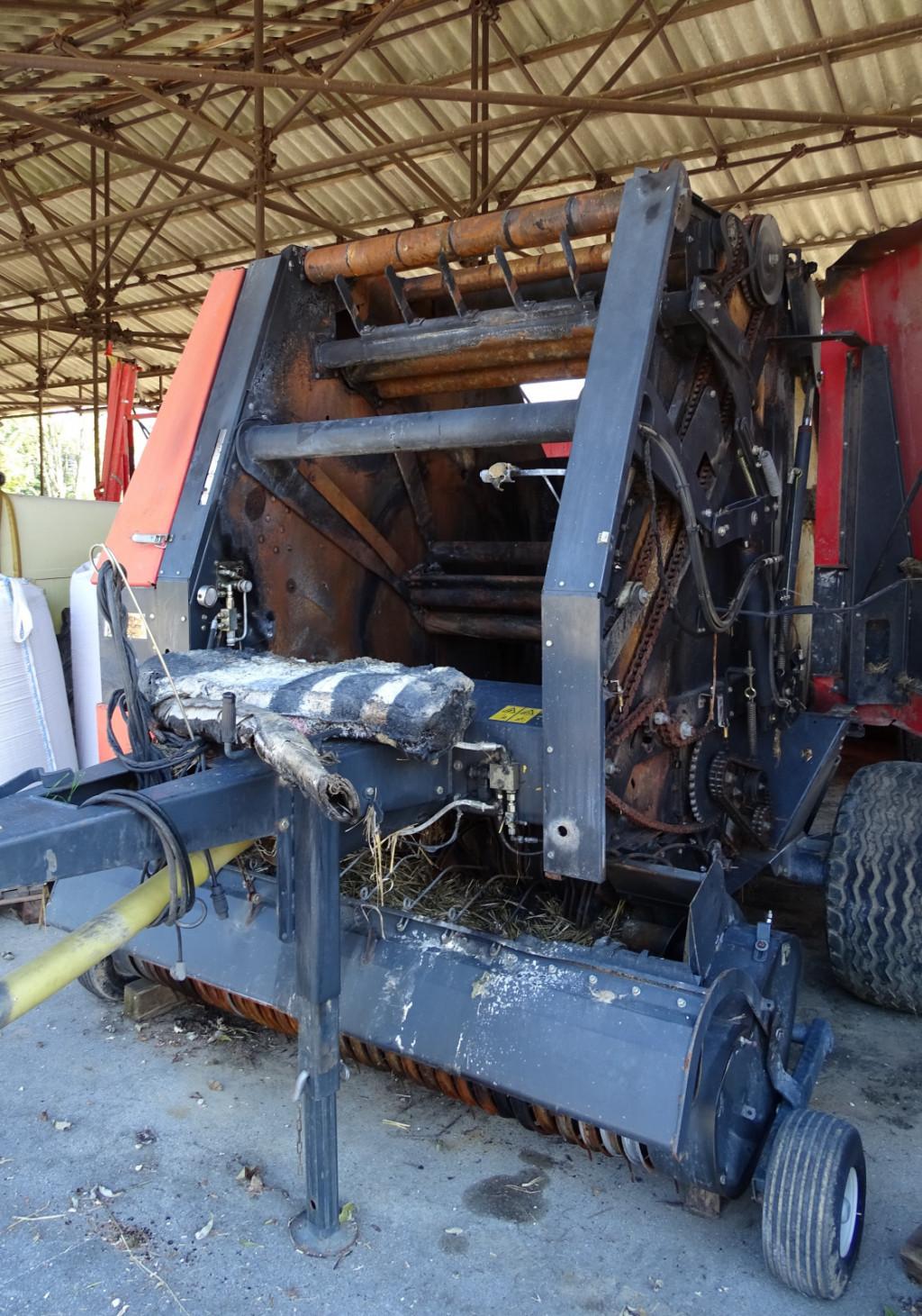 Če zagori priključek – npr. balirka, je potrebno traktor odklopiti in odpeljati stran, da se ogenj ne razširi nanj. (Foto: Tomaž Poje)