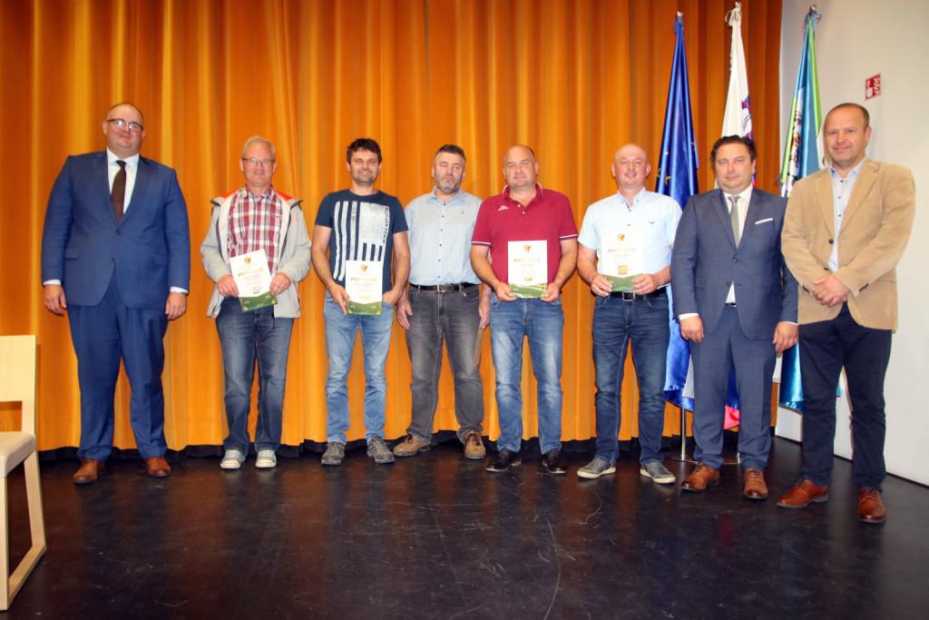 Nagrajenci (od leve): predsednik Sašo Peček, Marko Fašalek, Emil Fras, Jani Ploj, Martin Fras, direktor Danilo Rihtarič in predsednik ZZS Borut Florjančič.<br> <br>