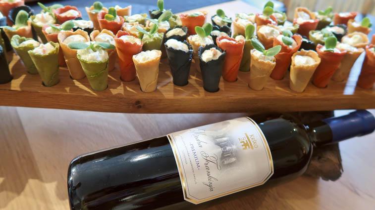 Cilj novega prostora je predstaviti lokalno kulinariko in vina. Modro frankinjo premium 2017 je s skutnimi korneti povezal kuhar Damjan Wallner iz Austria Trend hotela v Ljubljani.