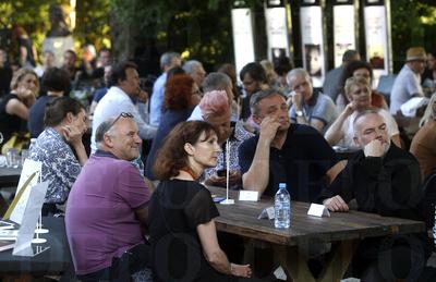 Za mizo pet najboljših lanskega leta: Veronika Simoniti, Jirži Kočica, Sebastijan Pregelj, Branko Cestnik in Suzana Tratnik.<br> <br>