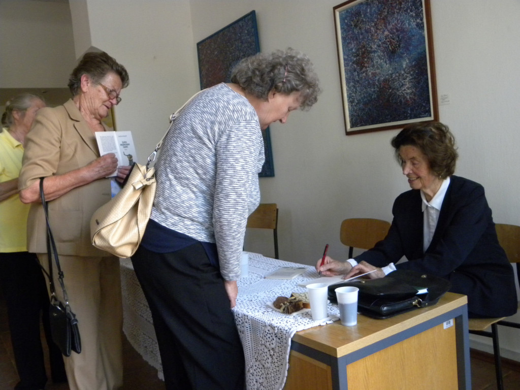 Spominski podpis v knjigo osebno od avtorice.