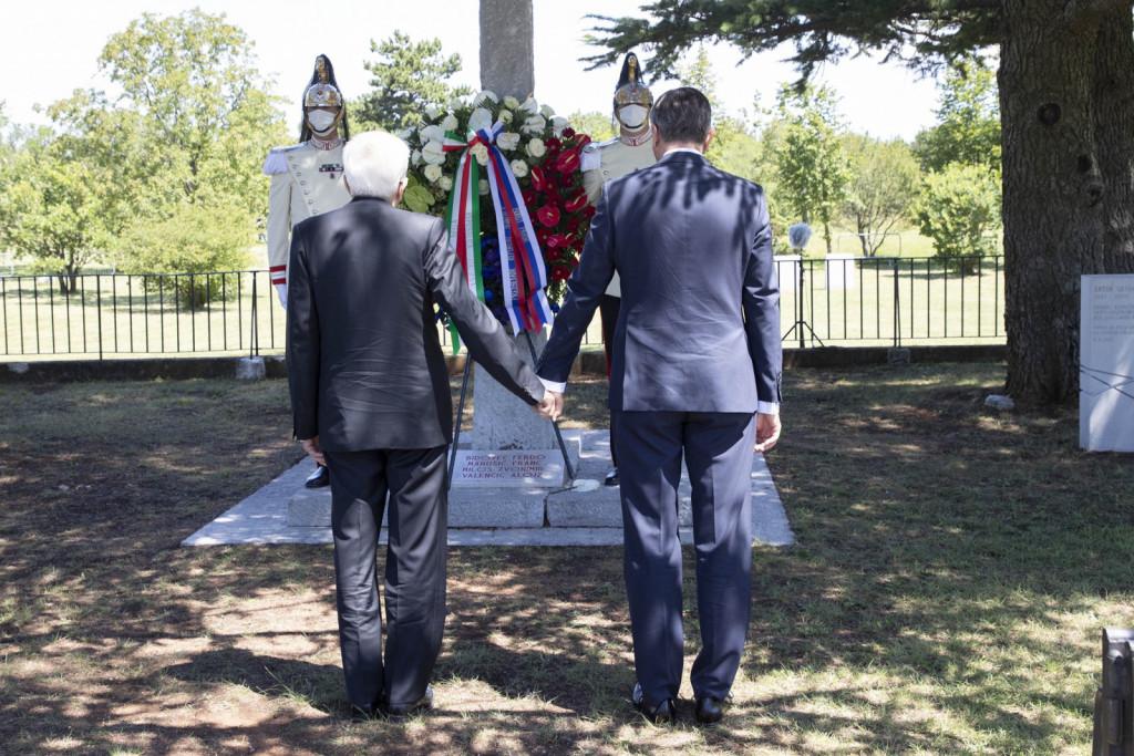 Z roko v roki sta PRS Pahor in PRI Mattarella položila venca k spominskemu obeležju na bazoviški fojbi, zatem pa še k spomeniku bazoviškim junakom.