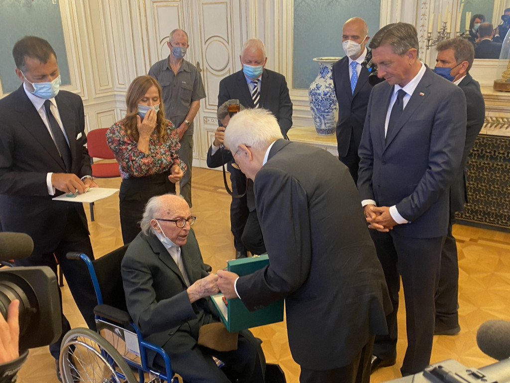 Posebna skupna svečanost vročitve najvišjih državnih odlikovanj Slovenije in Italije tržaškemu Slovencu Borisu Pahorju.