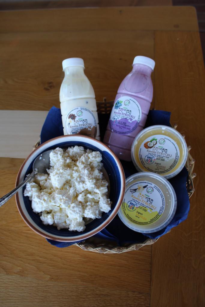 V ponudbi so jogurti, skuta in sir za žar.