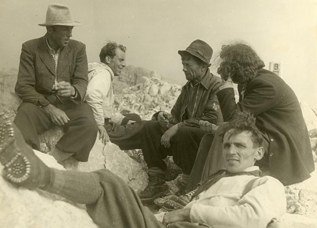 Pavla Jesih, Joža Čop in reševalci na vrhu stene (fototeka Slovenskega planinskega muzeja, Gornjesavski muzej Jesenice)