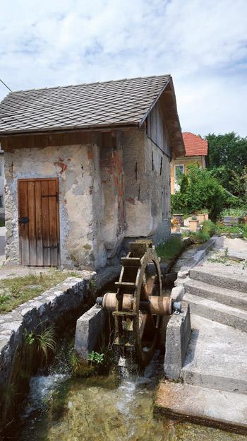Edin ohranjena  Šparaovčeva kovačnica v Kamni Gorici je bila navdih za Župančičevo Žebljarsko.
