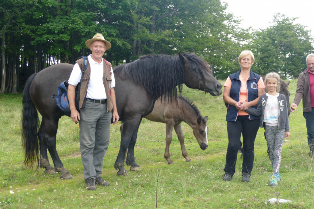 Ročnikova s svojimi konji in vnukinjo Žano.