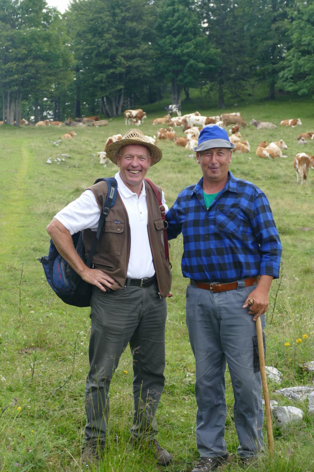 Dva pastirja skrbita za vse krave in konje na planini. Vsak dan jih pregledata in preverita njihovo zdravstveno stanje. Na levi lastnik konj Marko Ročnik, na desni pastir Jaka Poljanšek.