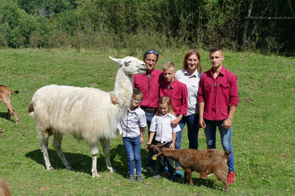 Družina Ogrizek s samcem lame