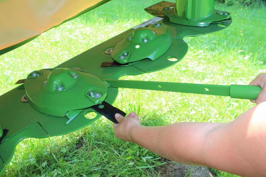 Hitra menjava nožev. Pomagamo si s kovinskim pripomočkom, s katerim razširimo prostor in enostavno zamenjamo nože. Noži so vrtljivi so 360º