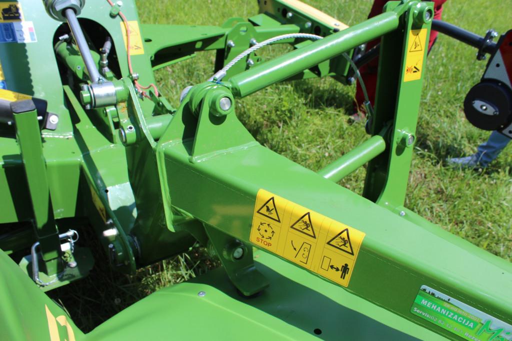 Krone DuoGrip pomeni, da je kosilnica nošena v težišču in dodatno stransko voden z vzvodi. S tem je dosežen enakomeren pritisk na tla preko celotne delovne širine. To omogoča enakomeren rez, lažji pogon in dobro stransko vodljivost.