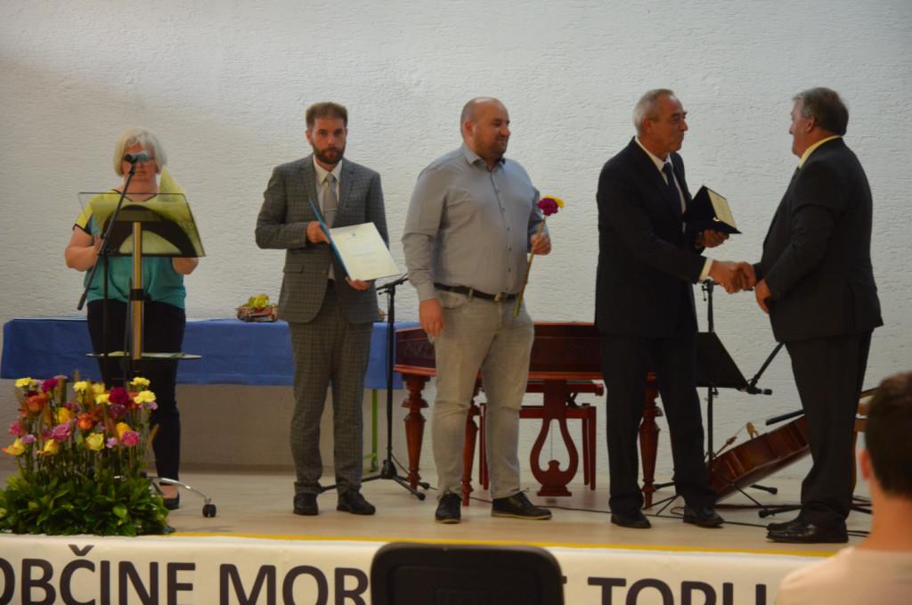 S slavnostne podelitve (od leve): tajnik občine Martina Vink Kranjec, podžupana Andrej Baligač in Sašo Koca, župan Alojz Glavač in nagrajenec Franc Küčan.