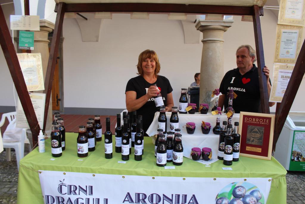 Ekološka kmetija Črni Dragulj je letos prejela srebrni znak za aronino; to je fermentirana sadna pijača. Lilijana Pšajd, ki je za različne izdelke iz aronije od leta 2014 prejela že več priznanj, je vesela vsakega priznanja, ki ga dobi, čeprav si želi, da bi bile označbe dobrot slovenskih kmetij med potrošniki bolje prepoznavne.