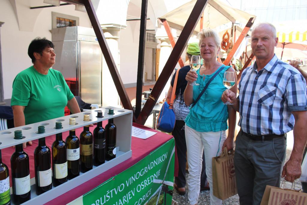 Obiskovalci tržnice so z nakupom degustacijskega bona dobili kozarec in poizkušali vina Društva vinogradnikov in sadjarjev osrednje Slovenske gorice. <br>