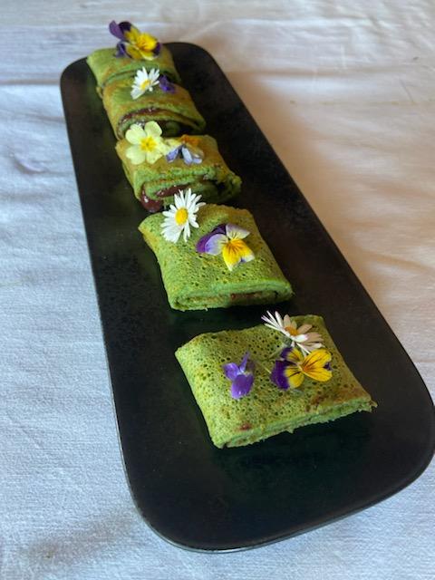 Koprivne palačinke s slivovo marmelado in užitnimi cvetovi