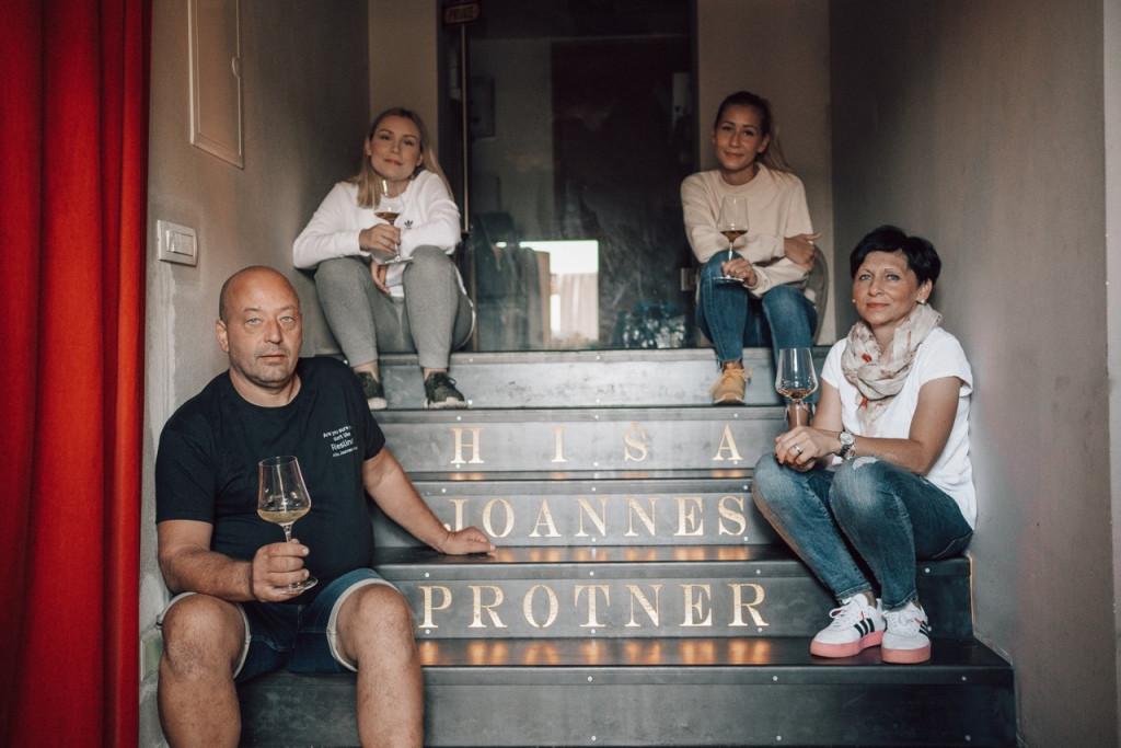 V delo na kmetiji je vpeta vsa družina Protner, na fotografiji Katarina, Ana, ki je pred kratkim predala krono mariborske vinske kraljice, Boštjan in Mojca.