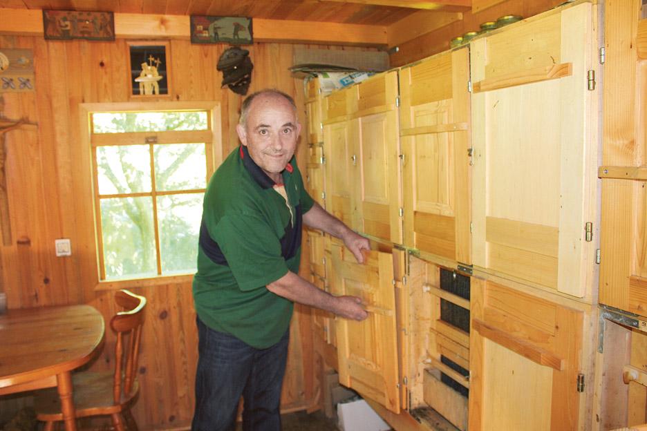 Tradicionalni slovenski čebelnjak je v celoti lesen.