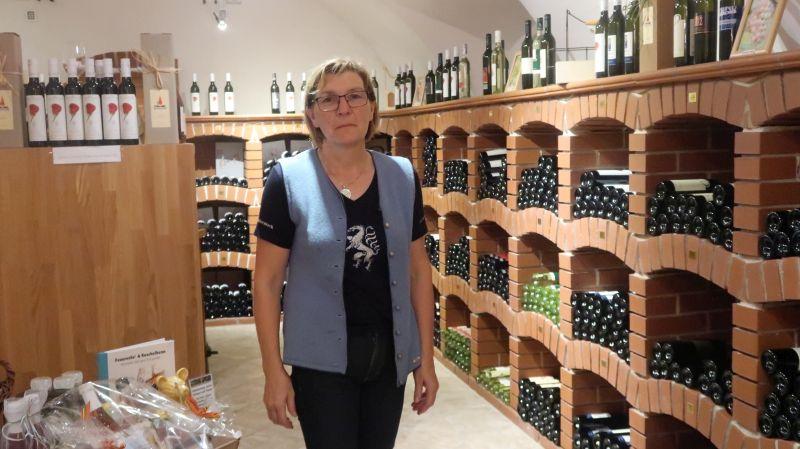 Margit Hatzl je vodja vinoteke na Klöchu , v kateri prodaja povezano 70 vinarjev, letno prodajo v njej 25.000 steklenic. V ponudbi imajo tudi vina tolerantnih sort, vrhunec prodajne sezone je prav te jesenske dni.