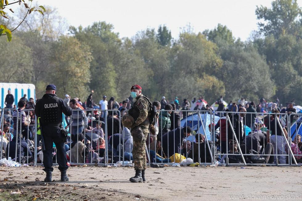 Pripadnik Slovenske vojske in policist na nalogi preprečevanja nezakonitih migracij leta 2015